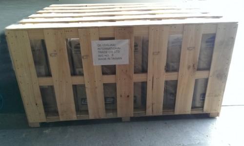 木箱包裝就是用木質包裝容器將要保護的物品包裝起來,木箱包裝最初是為了方便運輸倉儲而產生的一個包裝產物,對於一些在運輸和倉儲時容易損壞的物品用木質包裝容器進行加固,從而起到一個保護作用