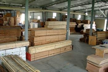 建築角材與木箱原料的儲存空間