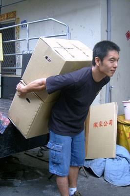 台中搬家公司上新工人背貨