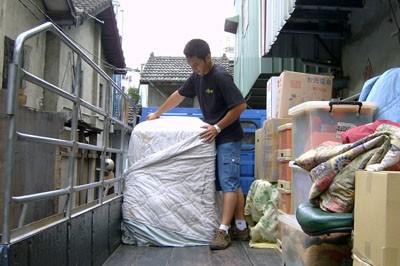 上新台中搬家公司工人包裹貨品